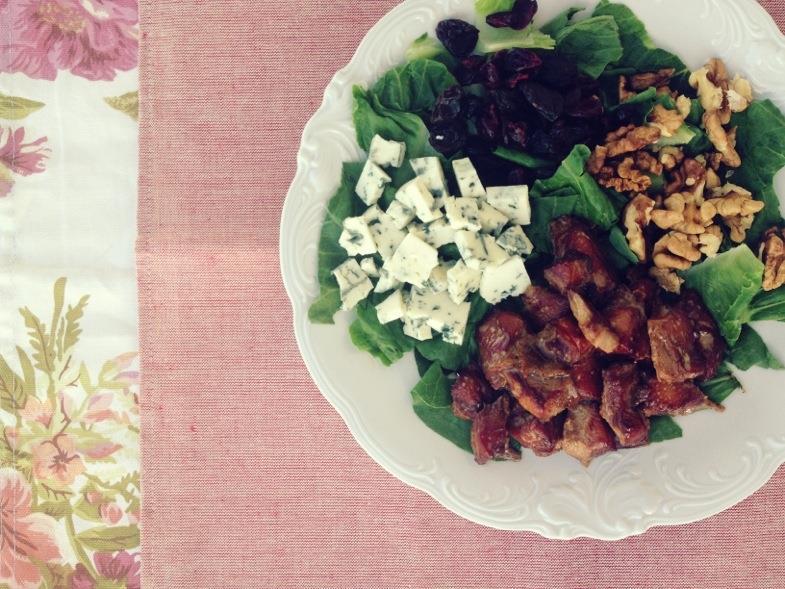 Sałatka z kurczakiem miodowym bbq, pleśniakiem, orzechami i żurawiną