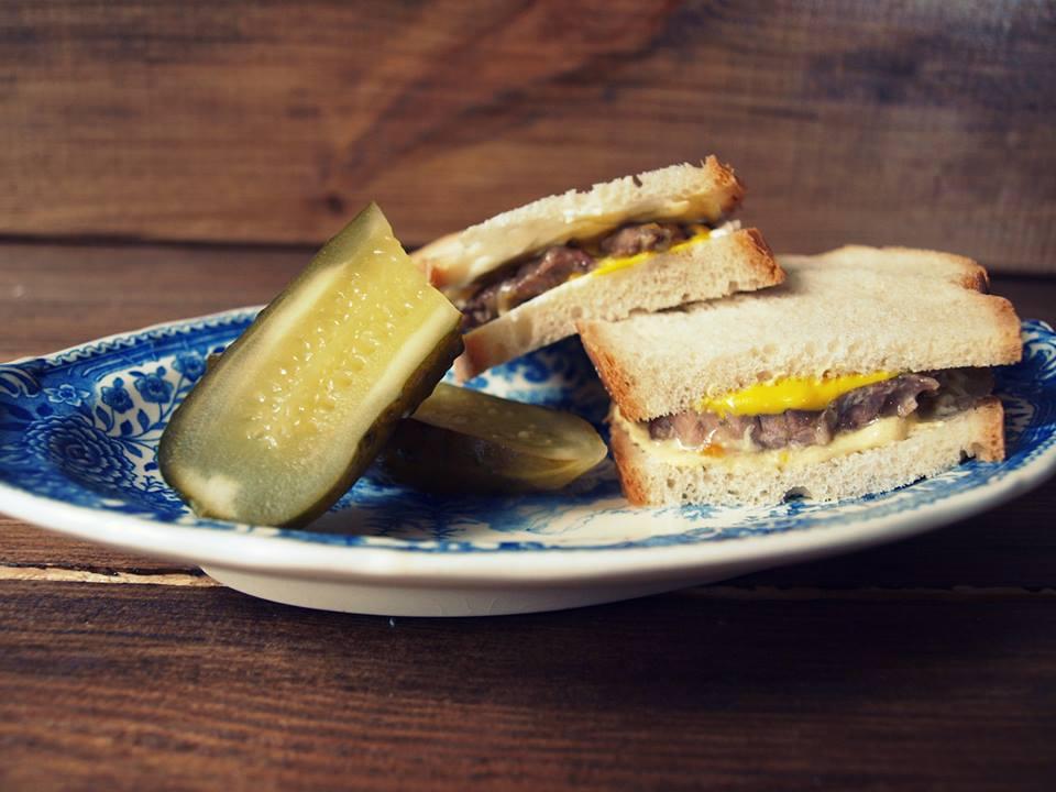 Prosta kanapka z wołowiną