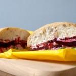 Październik miesiącem wegetarianizmu. VEGE LOVE czyli Kanapka z kozim serem, żurawiną, burakiem i szpinakiem