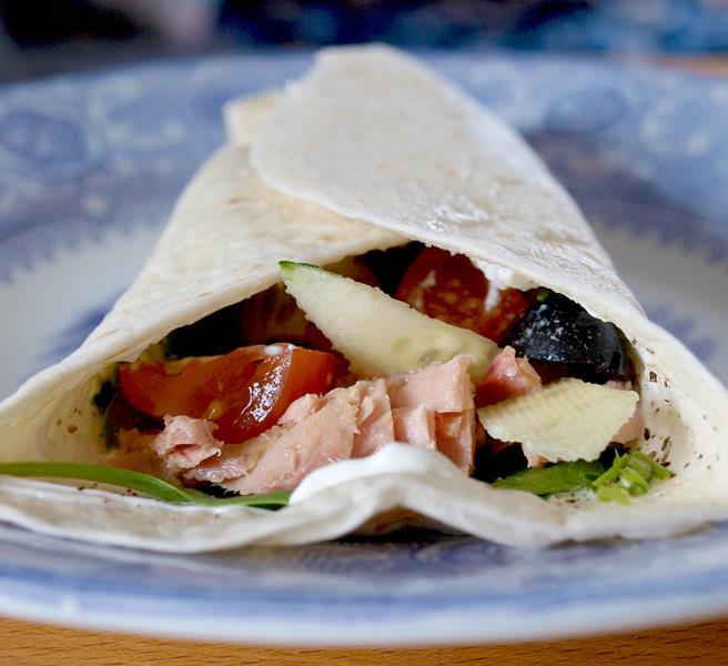 Prosta tortilla z tuńczykiem i warzywami
