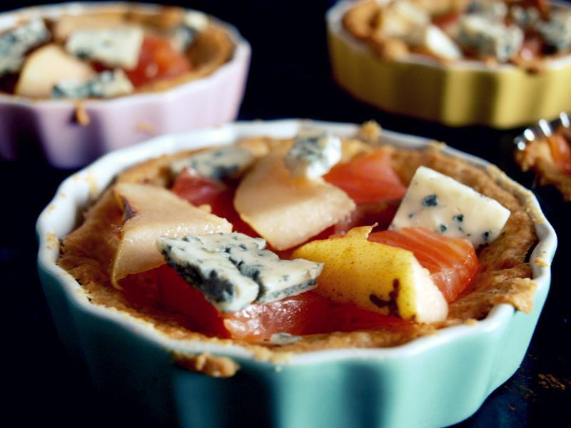 Quiche/Tarta z wędzonym łososiem, gruszką i pleśniakiem