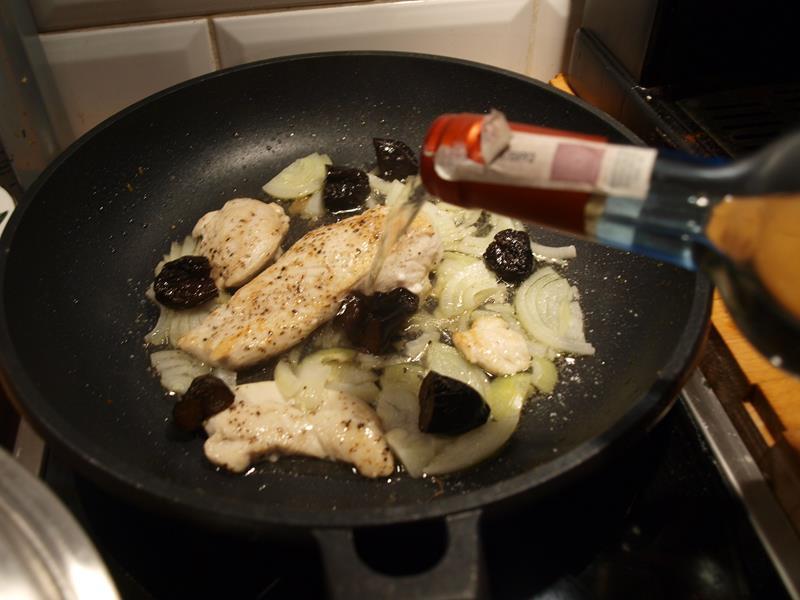 """Szybka pierś z kurczaka w winie z wędzonymi śliwkami (z cyklu """"Kuchnia kawalera"""")"""
