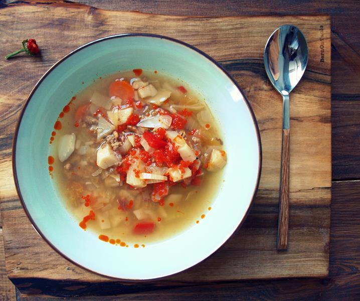 Pikantna, rozgrzewająca, na mroźny dzień, poimprezową noc czy odwodniony poranek, obfita zupa z wołowiną i krewetkami