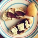 Crostini z pleśniakiem, czekoladą, solą morską i gruszką gotowaną w winie i dlaczego to działa