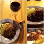 Duszona wołowina z kaszą gryczaną i kwaszonym ogórkiem czyli wołowina po burgundzku