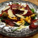 Sałatka na ciepło z kasztanami, bresaolą (lub parmeńską), szpinakiem, chilli i rozmarynem