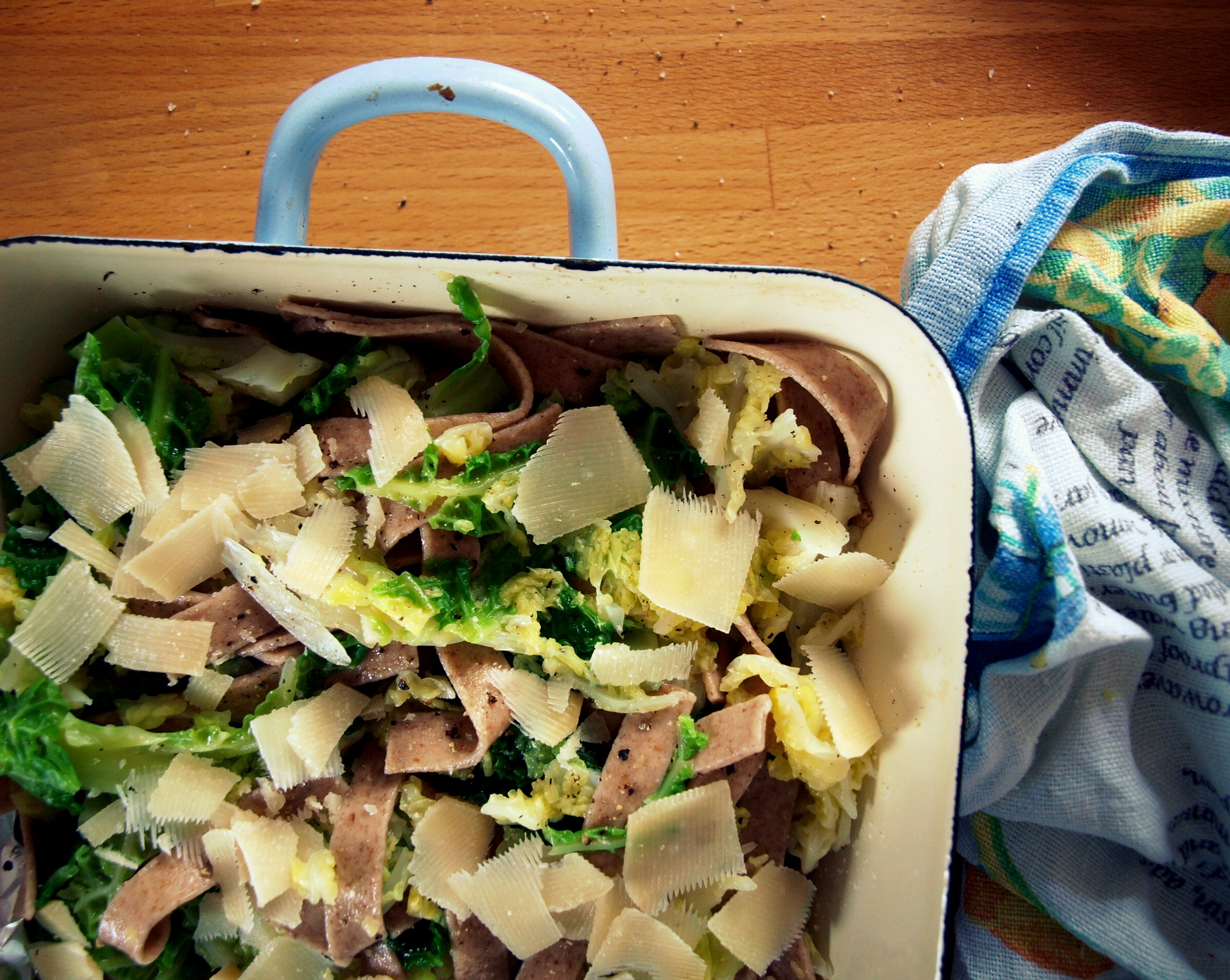 Kuchnia włoska wege: gryczany makaron z włoską kapustą, ziemniakami i parmezanem.