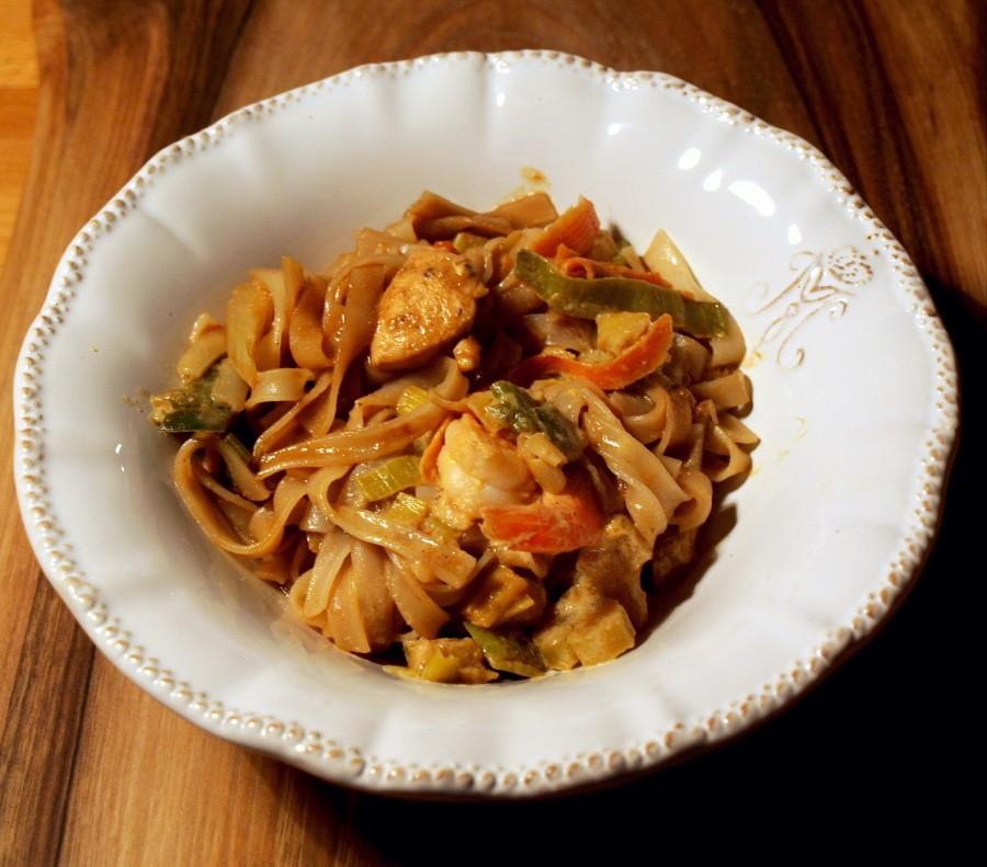 """Prosta potrawka azjatycka z kurczakiem lub krewetkami na ryżu lub makaronie ryżowym. Plus kilka tipów a propos """"nie mam w domu nic do jedzenia""""."""