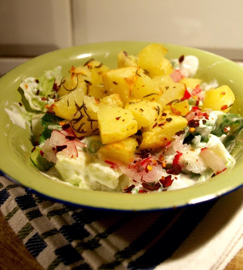 Zimno-gorąca sałatka z pieczonymi ziemniakami
