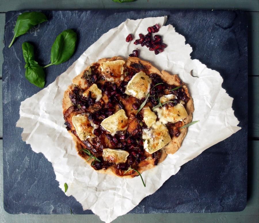 Wyjątkowa pizza orkiszowa z sosem miodowo-balsamicznym, brie, tymiankiem i granatem
