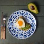 Grzanka z guacamole i jajkiem