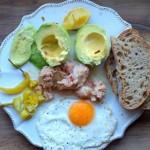Spontaniczna zdrowa kolacja z zawartości lodówki
