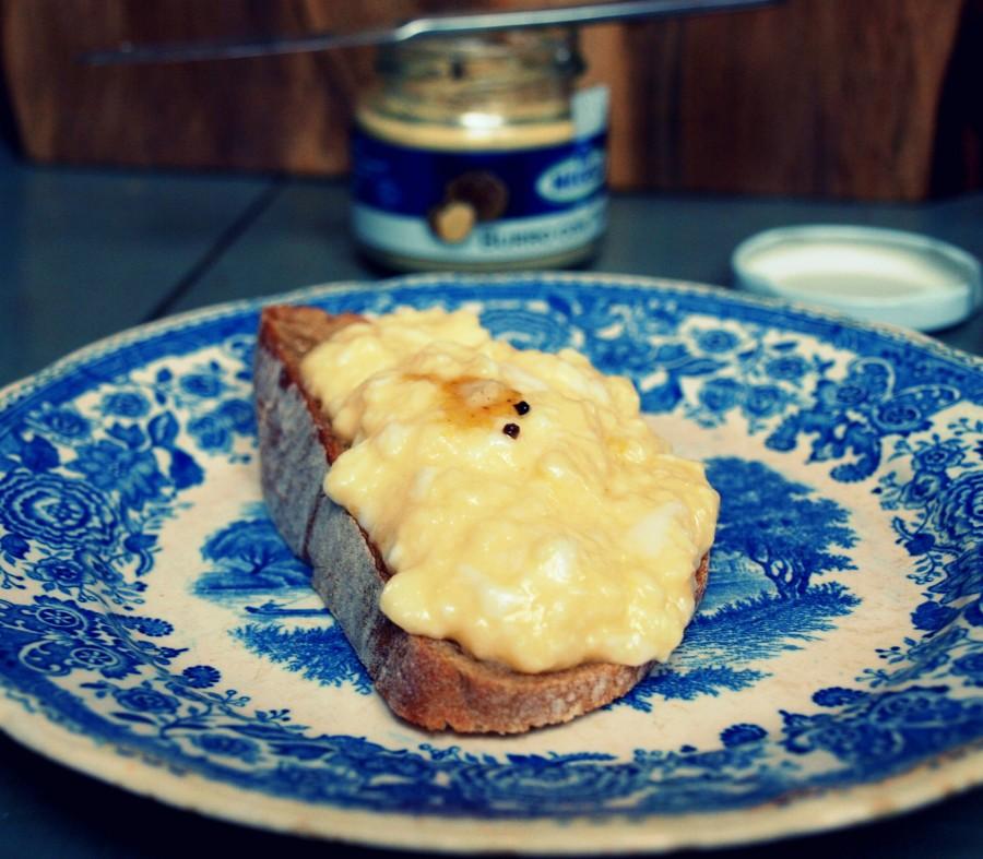 Grzanka z masłem truflowym i jajkiem na parze