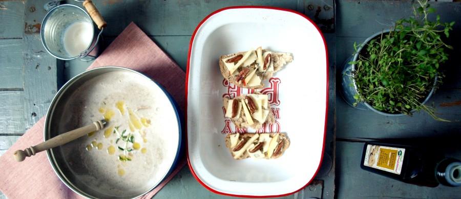 Prosta zupa grzybowa z fikuśnymi grzankami z niebieskim serem, orzechami i jabłkiem (Jamie Oliver)
