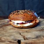 Domowe bajgle z wędzonym łososiem – kanapka z Russ&Daughters