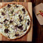 Pizza bianca z carpaccio wołowym