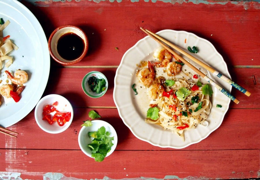 """Super fancy obiad w 10 minut czyli """"nie mam nic do jedzenia"""" kind of dish (makaron ryżowy z krewetkami w glazurze imbirowo-miodowej)"""