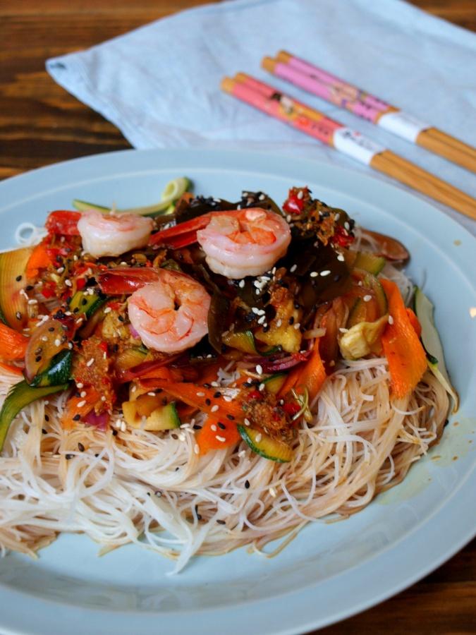 Azjatycka sałatka z makaronu ryżowego z warzywami (chuda i bezglutenowa)