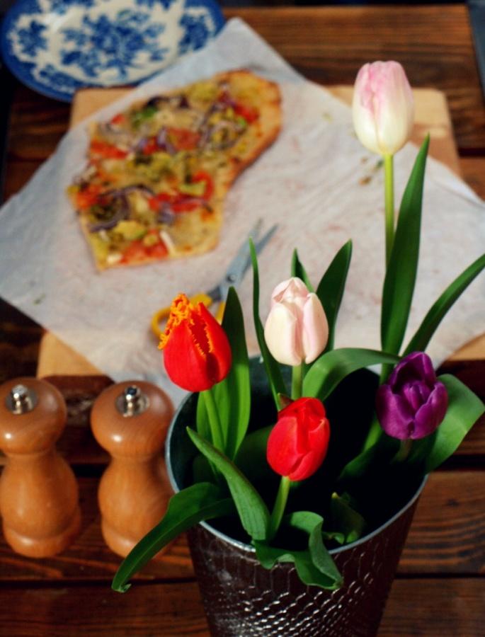 Pizza trochę klasyczna, trochę inspirowana smakami Meksyku (pizza z awokado i kolendrą)