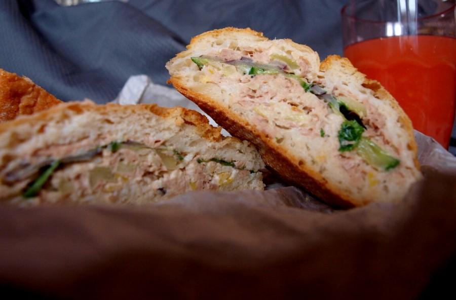 Kanapka z drugą klasyczną sałatką tuńczyka/Tuna pan bagnat