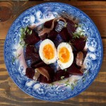 Słone anchois, kremowe jajko, słodki burak
