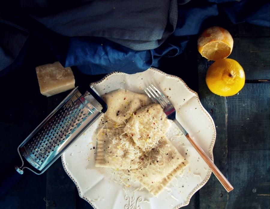 Ravioli z ricottą, parmezanem, skórką z cytryny i pieprzem