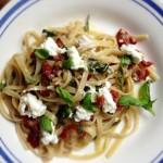 Makaron z tapenadą lub pastą truflową, suszonymi pomidorami, szpinakiem, czosnkiem. 6 minut. 4 zdania.