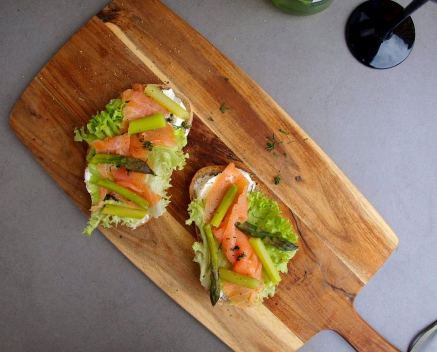 Kanapki z wędzonym łososiem i szparagami