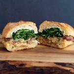 Perfekcyjna kanapka z wołowiną i klasycznym kremowym sosem szalotkowym