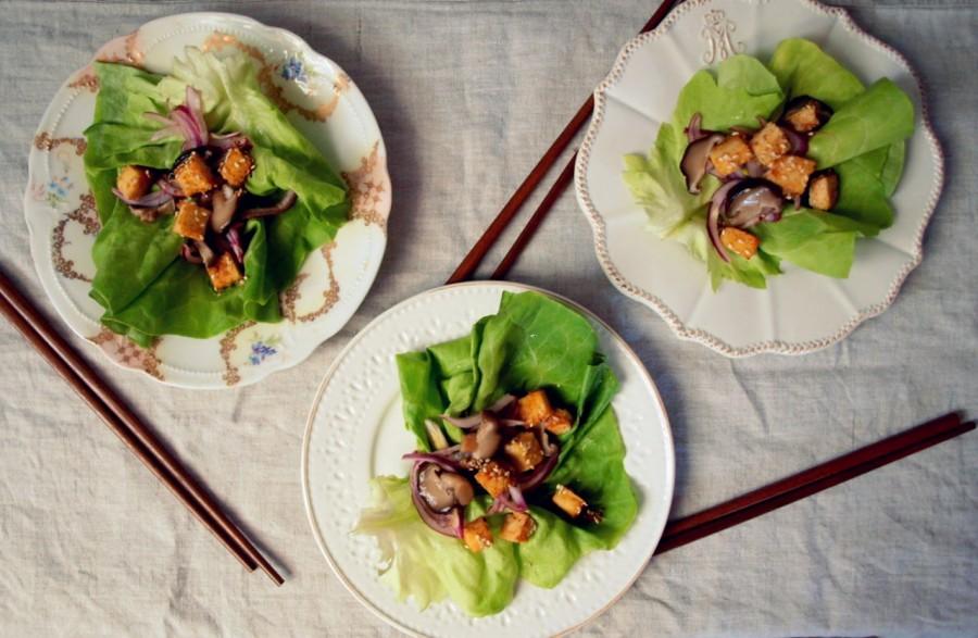 Wegańska, japońska sałatka z sezamowo-imbirowo-miodowym tofu
