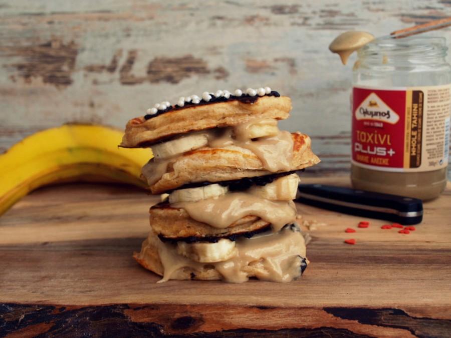 Proteinowy, orkiszowy torcik pankejkowy z tahiną i bananami