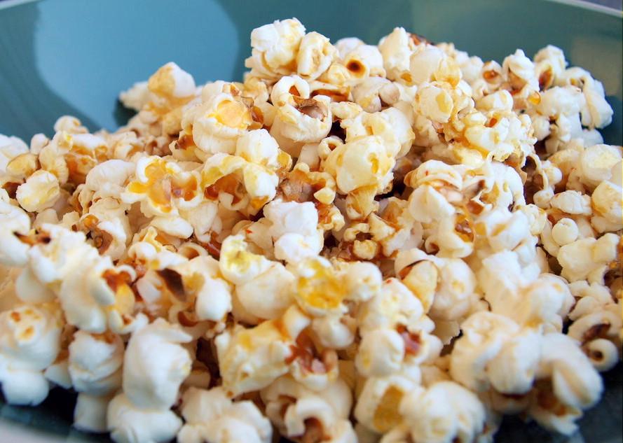 Domowy popcorn z syropem klonowym - salted caramel effect
