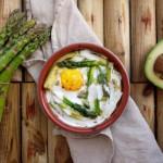 Jajko pieczone z awokado i szparagami