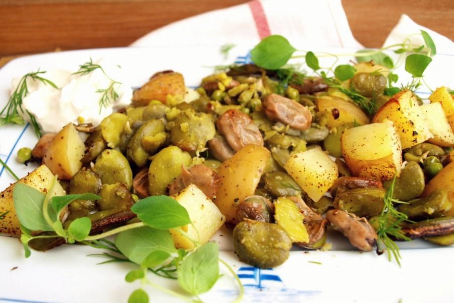 Bób zapiekany z młodymi ziemniakami i ziołami