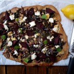 Orkiszowa pizza z botwinką i kozim serem