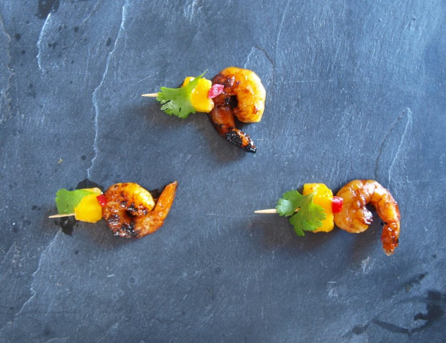 Szaszłyki z krewetek w miodzie i srirachy, z mango, chilli i kolendrą