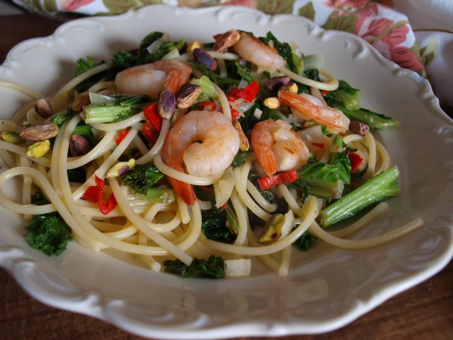 Spaghetti z jarmużem, krewetkami, chilli i pistacjami