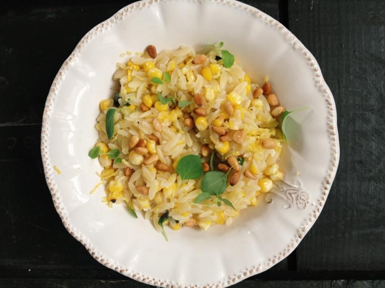 Cudowne cytrynowe orzo z kukurydzą, tymiankiem, parmezanem i piniami