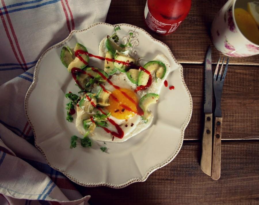Jajko smażone z awokado i srirachą