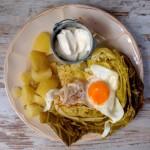Młode ziemniaki, młoda kapusta, jajko i śmietana