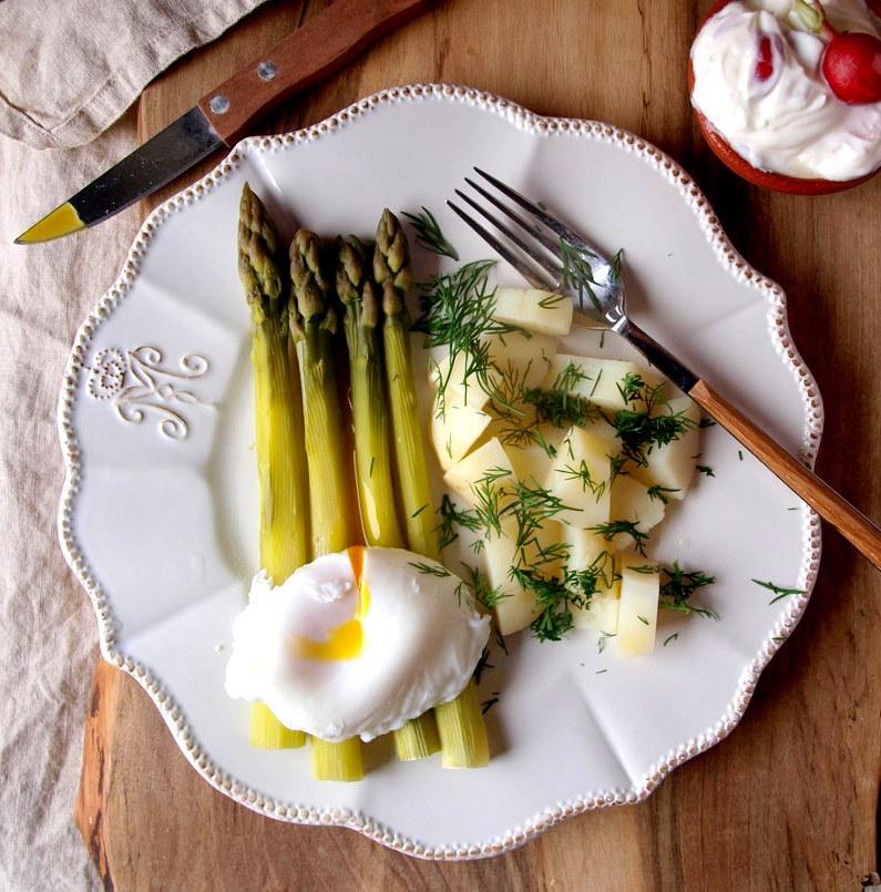 Młode ziemniaki, szparagi i jajko w koszulce czyli zestaw doskonały