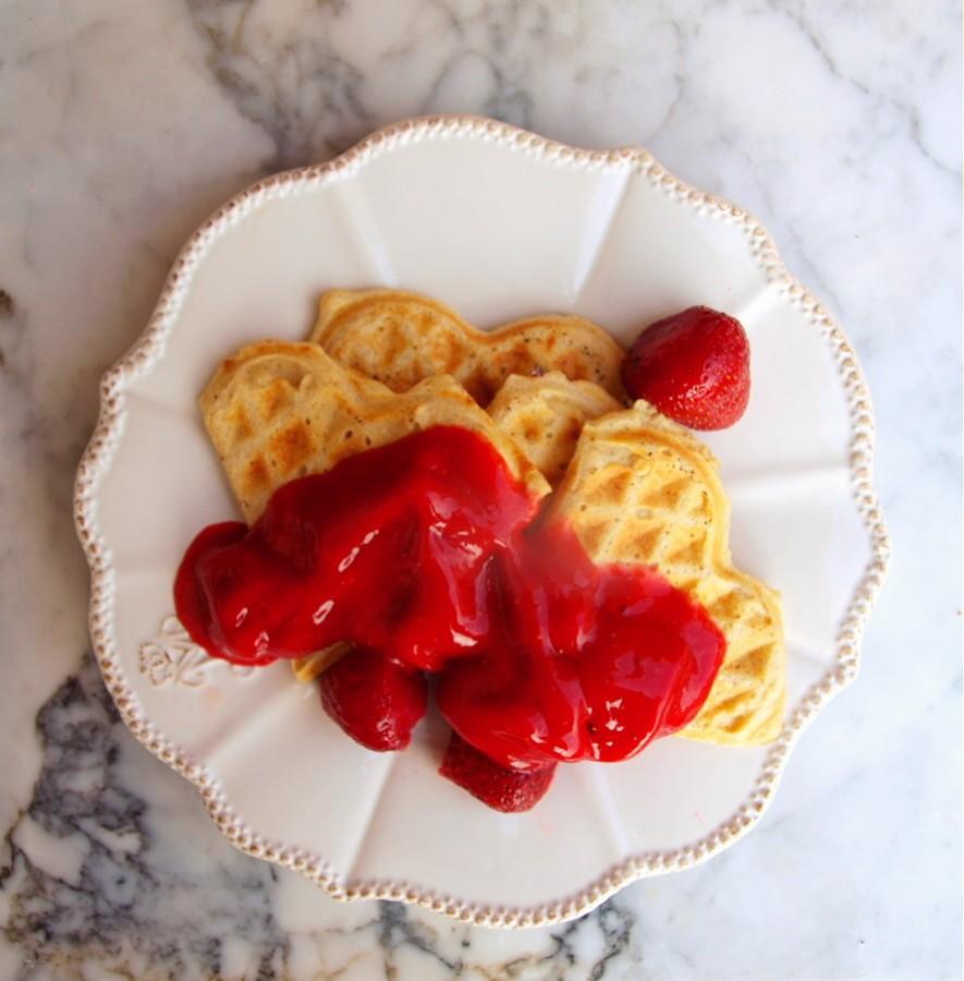 Zdrowe gofry gryczano-owsiane z truskawkami lub domowym sosem czekoladowym