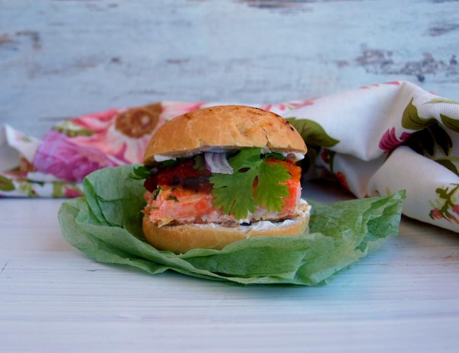 Łosoś burger z chutney z mango (salmon burger)