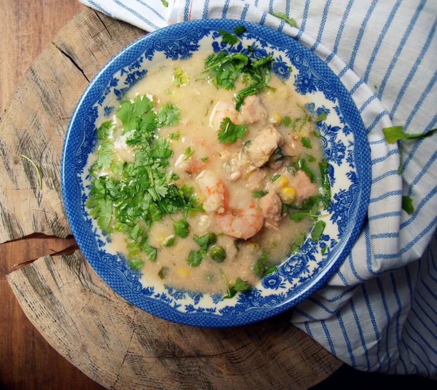 Chowder ze świeżą kukurydzą, młodym groszkiem, pstrągiem i krewetkami