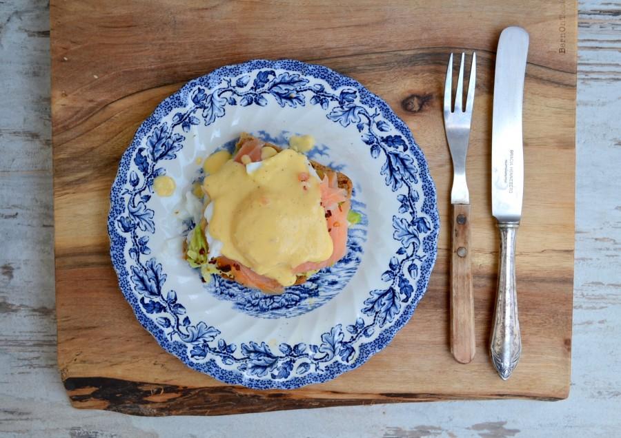 Grzanka z awokado, łososiem, jajkiem w koszulce i sosem holenderskim