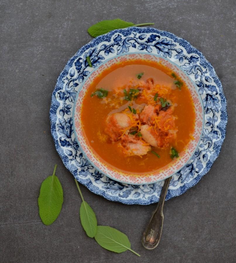 Zupa marchewkowa o posmaku curry. W opcji z pieczoną w jogurcie piersią kurczaka.