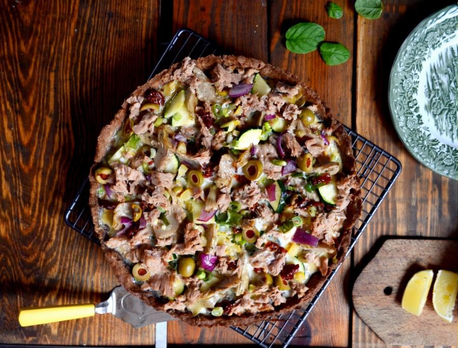Tarta z tuńczykiem, oliwkami i suszonymi pomidorami