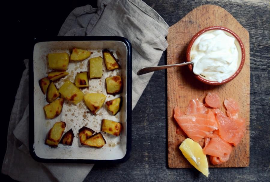 Prymitywny trochę, jeden z ulubionych obiadów - pieczony ziemniak, śmietana, łosoś wędzony