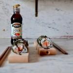 Maki z wędzonym łososiem i glazurą balsamiczno-sojową