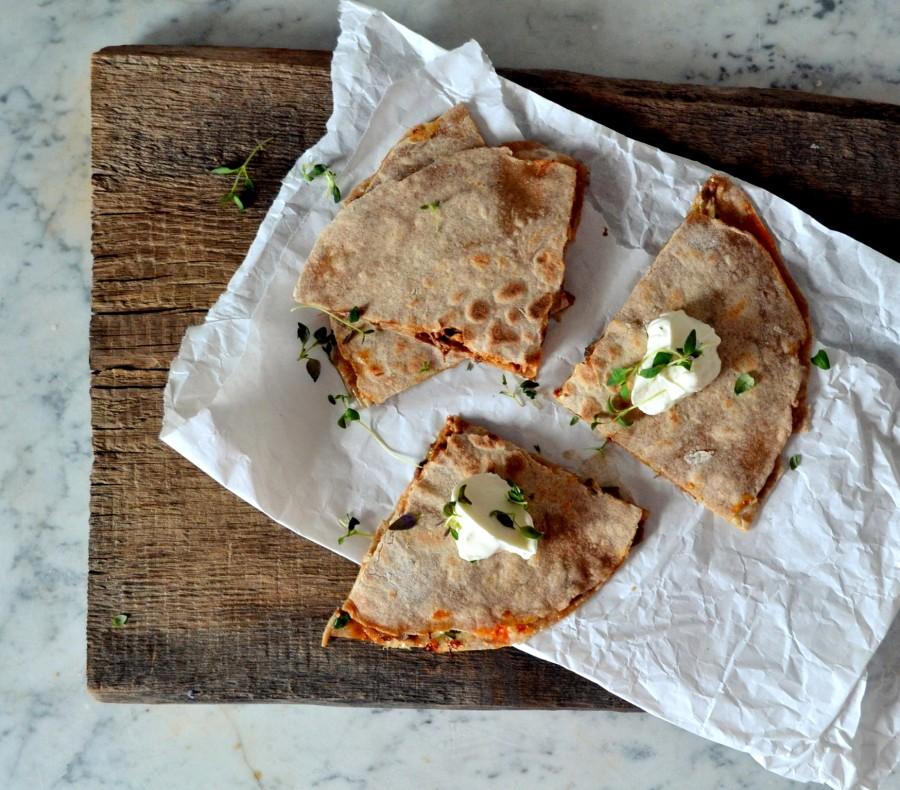 Quesadilla z mięsem z rosołu, provolone, jalapeno, srirachą i miodem
